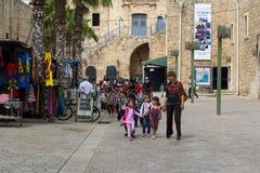 Piccole ragazze arabe che vanno al banco Fotografie Stock