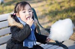 Piccole ragazze asiatiche adorabili che giocano nel parco Immagine Stock