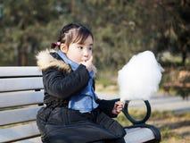 Piccole ragazze asiatiche adorabili che giocano nel parco Fotografie Stock