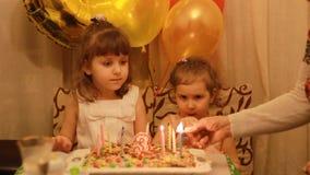 Piccole ragazze sveglie e sul dessert di compleanno al partito Bambini felici divertenti Il concetto di una festa del ` s dei bam stock footage