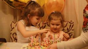 Piccole ragazze sveglie e sul dessert di compleanno al partito Bambini felici divertenti Il concetto di una festa del ` s dei bam video d archivio