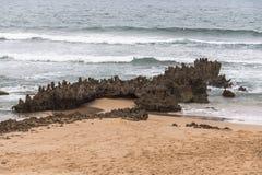 Piccole rocce sulla spiaggia del Portogallo ad ovest del sud Fotografia Stock