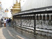 Piccole ruote di preghiera a Swayambhunath Stupa, Kathmandu, Nepal Immagine Stock