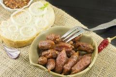 Piccole salsiccie su un piatto Fotografie Stock Libere da Diritti