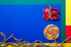 Piccole scarpe rosse della barca, lecca-lecca Immagine Stock