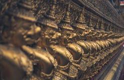 Piccole statue di Buddha dell'oro in una fila Immagine Stock Libera da Diritti