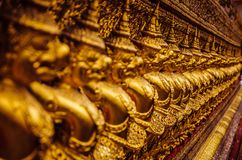 Piccole statue di Buddha dell'oro in una fila Immagini Stock