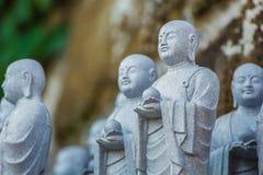 Piccole statue di Jizo al tempio di Hase-dera a Kamakura Fotografia Stock Libera da Diritti