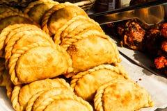 piccole torte al forno con carne Digiuna e l'alimento della via fotografia stock libera da diritti