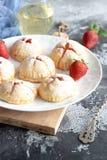 Piccole torte casalinghe della fragola fotografie stock libere da diritti