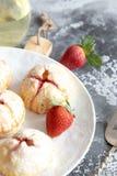 Piccole torte casalinghe della fragola fotografia stock