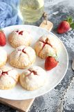 Piccole torte casalinghe della fragola immagine stock