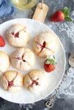 Piccole torte casalinghe della fragola immagini stock libere da diritti