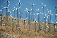 Piccole turbine di vento sul pendio di collina Immagini Stock Libere da Diritti