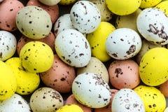 Piccole uova di Pasqua del cioccolato f Fotografie Stock