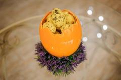 Piccole uova di Pasqua in grande uovo Immagine Stock Libera da Diritti