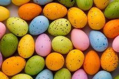 Piccole uova di Pasqua multicolori Priorità bassa della sorgente Fotografie Stock