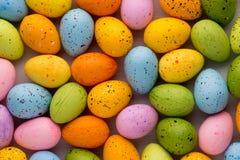 Piccole uova di Pasqua multicolori Priorità bassa della sorgente Immagine Stock Libera da Diritti