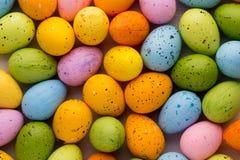 Piccole uova di Pasqua multicolori Priorità bassa della sorgente Fotografia Stock