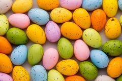 Piccole uova di Pasqua multicolori Priorità bassa della sorgente Immagine Stock