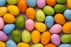 Piccole uova di Pasqua multicolori Priorità bassa della sorgente Immagini Stock Libere da Diritti