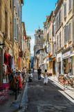 Piccole vie strette nella città singolare di Provencal di Arles, sul fiume Rhone immagine stock