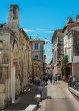 Piccole vie strette nella città singolare di Provencal di Arles, sul fiume Rhone immagini stock
