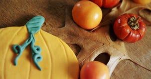 Piccole zucche, pomodori ed alimento dolce su una tavola di legno 4k stock footage