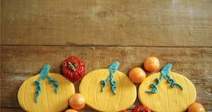 Piccole zucche, pomodori ed alimento dolce su una tavola di legno 4k video d archivio
