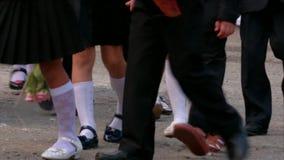 Piccoli allievi che camminano alla linea della scuola video d archivio