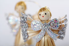 Piccoli angeli nella priorità bassa bianca Fotografia Stock
