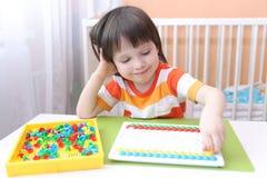 Piccoli 3 anni felici di ragazzo con il mosaico Fotografia Stock