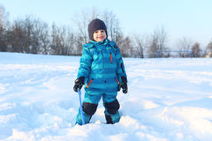 Piccoli 4 anni felici di ragazzo con la pala nell'inverno all'aperto Immagini Stock