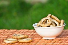 Piccoli bagel in un Ñup bianco Immagini Stock Libere da Diritti