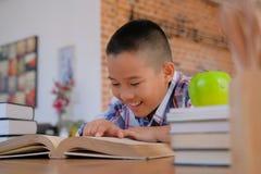 piccoli bambini asiatici del bambino del ragazzo del bambino che studiano il libro di lettura immagine stock