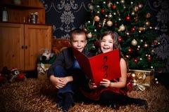 Piccoli bambini che cantano una canzone Immagini Stock Libere da Diritti