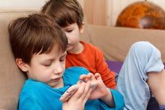 Bambini che giocano con lo smartphone Immagine Stock