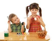 Piccoli bambini che verniciano le uova di Pasqua Fotografie Stock Libere da Diritti