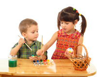 Piccoli bambini che verniciano le uova di Pasqua Immagini Stock