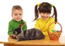 Piccoli bambini con il coniglio di pasqua Immagini Stock Libere da Diritti