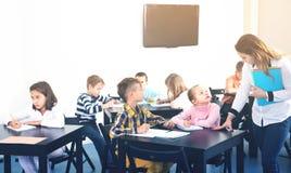 Piccoli bambini con l'insegnante in aula Immagini Stock Libere da Diritti