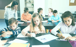 Piccoli bambini con l'insegnante in aula Immagine Stock Libera da Diritti