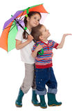 Piccoli bambini con l'ombrello, osservante in su Fotografia Stock Libera da Diritti