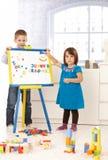 Piccoli bambini creativi con il tavolo da disegno Fotografie Stock Libere da Diritti