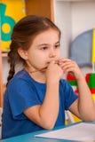 Piccoli bambini degli studenti che dipingono nella classe di scuola di arte Fotografia Stock