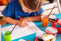 Piccoli bambini degli studenti che dipingono nella classe di scuola di arte Fotografia Stock Libera da Diritti