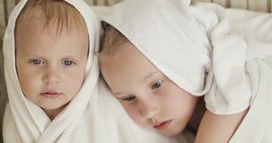 Piccoli bambini dopo una doccia stock footage