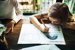 Piccoli bambini in età prescolare che scrivono concetto di attività Fotografia Stock