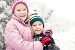 Piccoli bambini felici che giocano nel giorno della neve di inverno Immagini Stock Libere da Diritti