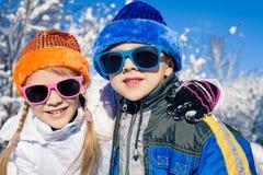 Piccoli bambini felici che giocano nel giorno della neve di inverno Fotografie Stock